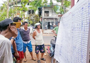 dawei-residents-check-the-results-at-the-local-nld-office